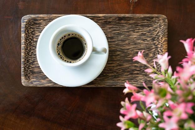 Een kopje faeces musk espresso op houten tafel