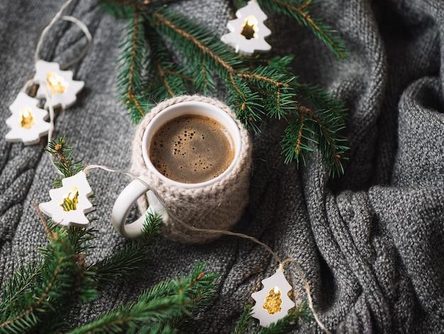 Een kopje geurige warme koffie of chocolademelk in de winter. comfort van thuis