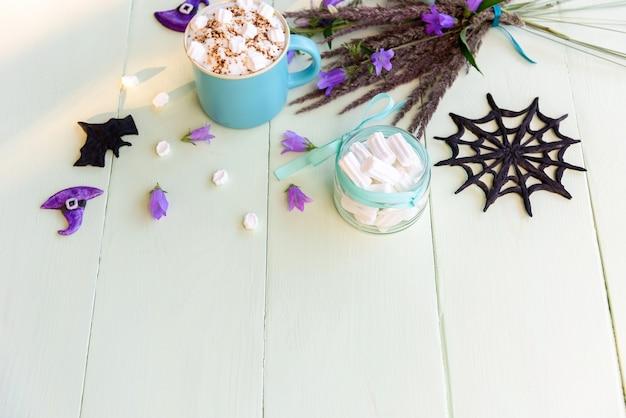 Een kopje heerlijke koffie met marshmallows voor de vakantie van heluin.
