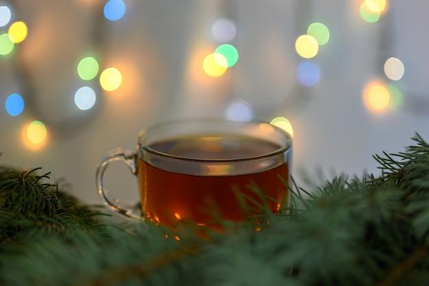 Een kopje hete thee op een kerstachtergrond.