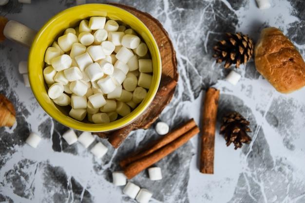 Een kopje kerst nieuwjaar heerlijke warme chocolademelk en cacao met marshmallows bestrooid met cacao...