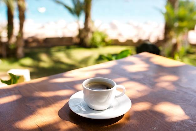 Een kopje koffie aan zee