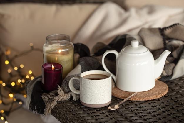 Een kopje koffie drinken en een waterkoker met details van het huisdecor. home comfort concept.