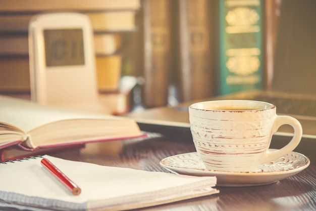 Een kopje koffie en een goede morgen op kantoor op het werk. selectieve aandacht.