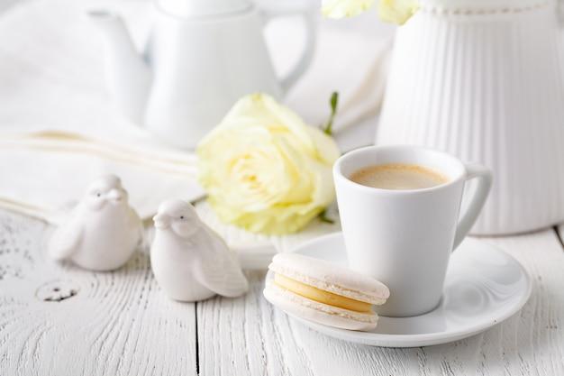 Een kopje koffie en keramische vogels