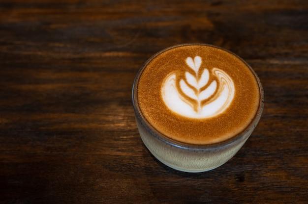 Een kopje koffie latte art op houten tafel