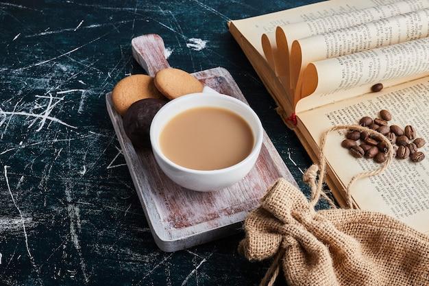 Een kopje koffie met chocoladekoekjes.