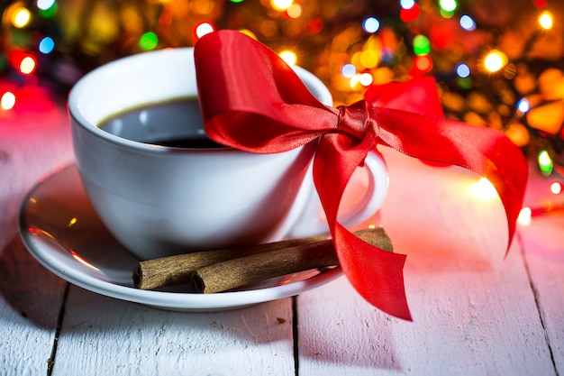 Een kopje koffie met een strik