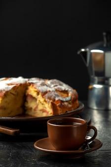 Een kopje koffie met huisgemaakte appeltaart