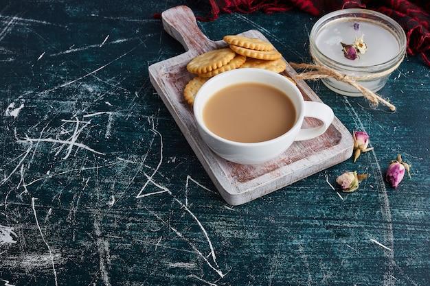 Een kopje koffie met koekjes eromheen.