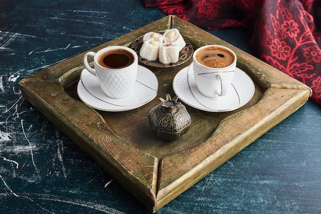 Een kopje koffie met lokum.