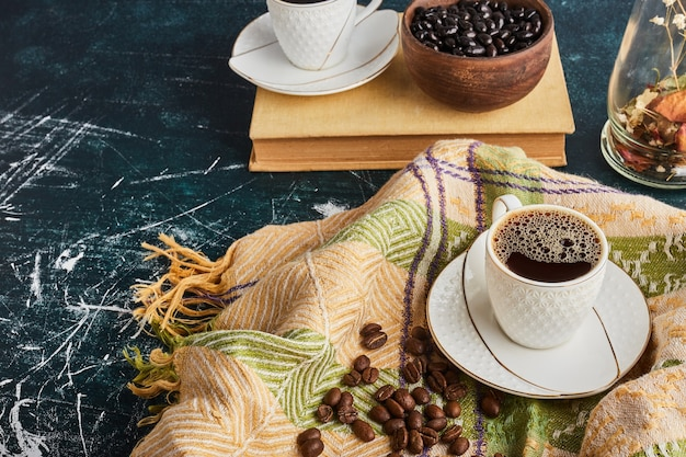 Een kopje koffie met schuim.