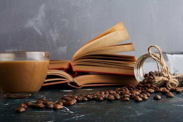 Een kopje koffie op blauwe tafel.