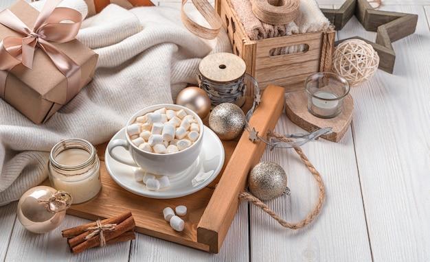 Een kopje koffie op een feestelijke kerstachtergrond met cadeaus en kerstspeelgoed