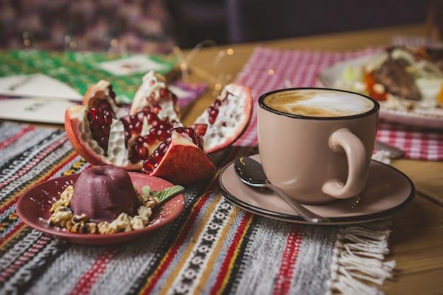 Een kopje koffie op een tafel in een coffeeshop in een beige mok