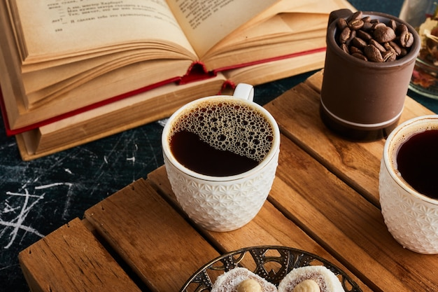 Een kopje koffie op houten dienblad.