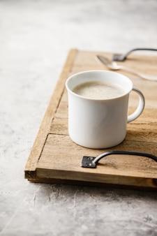 Een kopje koffie op lichtgrijze achtergrond