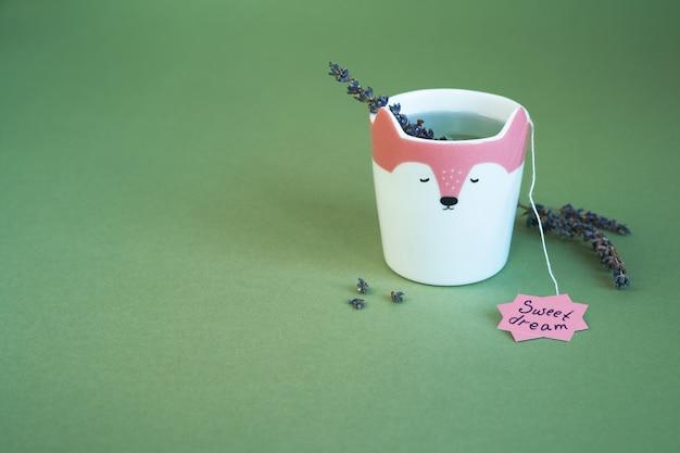 Een kopje lavendelthee voor zoete dromen. lavendel bloemen op terrarium mos kleur achtergrond
