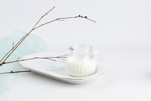 Een kopje melk esthetische achtergrond