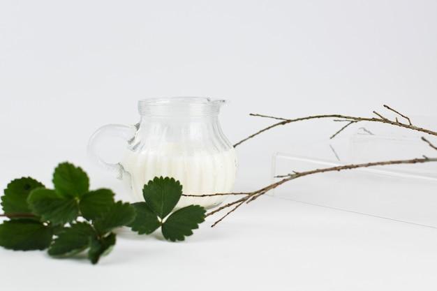 Een kopje melk met groen blad