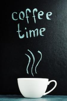 Een kopje met een inscriptie van koffietijd, een pastelblauwe kleur.