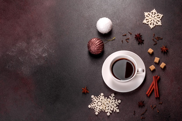 Een kopje sterke koffie op de kersttafel met vuren twijgen en speelgoed. voorbereiden op de vakantie