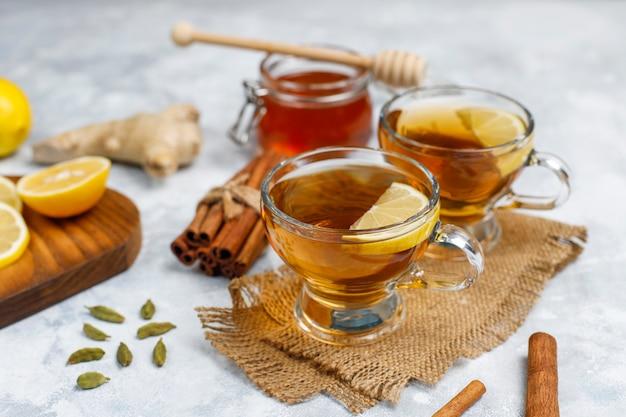 Een kopje thee, bruine suiker, honing en citroen op beton. bovenaanzicht, kopie ruimte