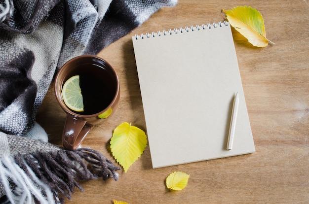 Een kopje thee en lege notebook voor schets.