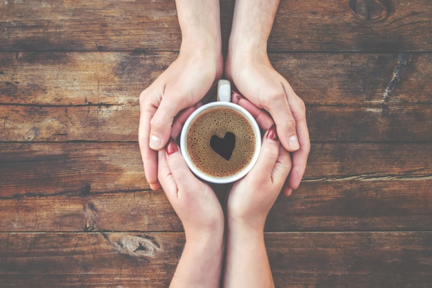 Een kopje thee in de handen. selectieve aandacht. drinken.