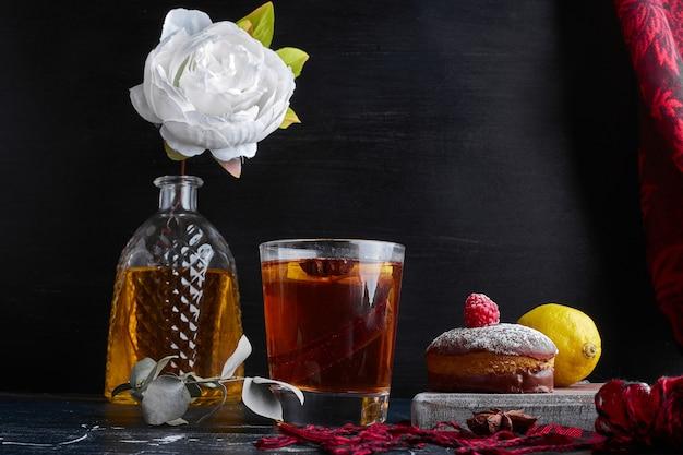 Een kopje thee met cacaokoekjes en citroen.