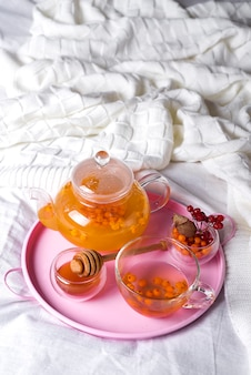 Een kopje thee met duindoorn en kruiden