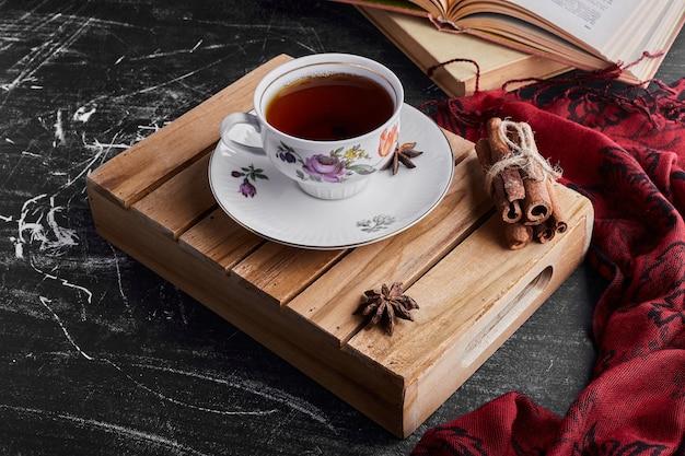 Een kopje thee met kaneel.
