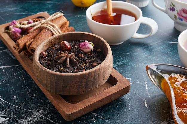 Een kopje thee met kruiden en specerijen.