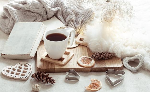 Een kopje warme drank en leuke woonaccessoires. het concept van wooncomfort en esthetiek.