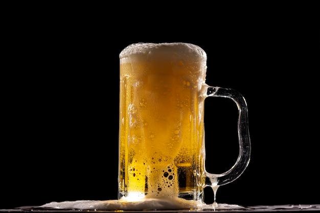 Een koud fris biertje voor een zwarte muur