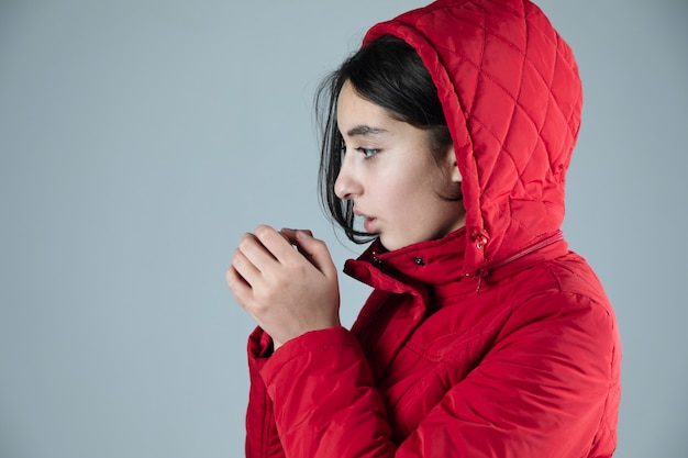 Een koude vrouw met winterjas in studio