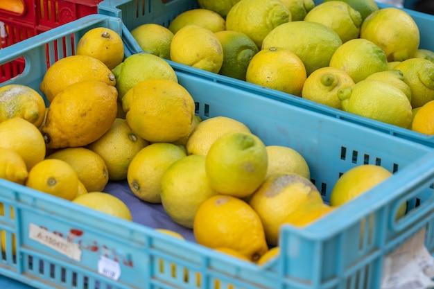 Een kraam met citroenen in een mand op een markt in pollensa in palma de mallorca, spanje