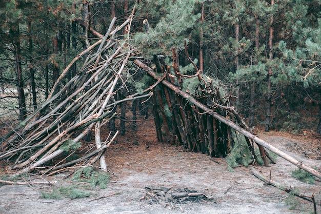 Een krot voor de nacht in het bos