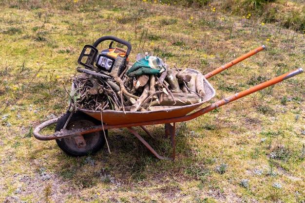 Een kruiwagen vol brandhout