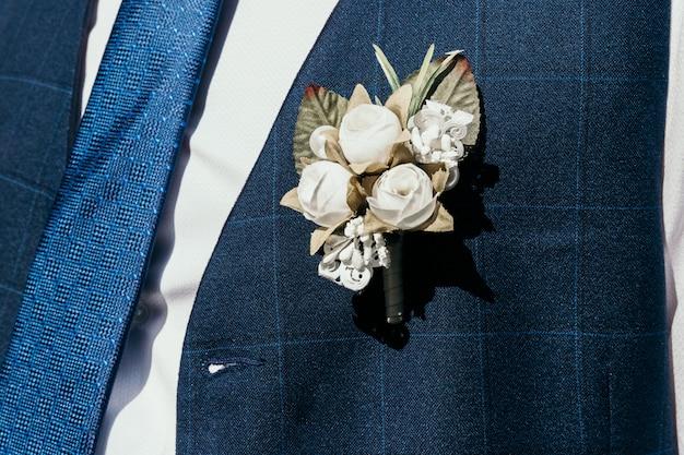 Een kunstmatig knoopsgat doorboord aan het vest van de bruidegom.