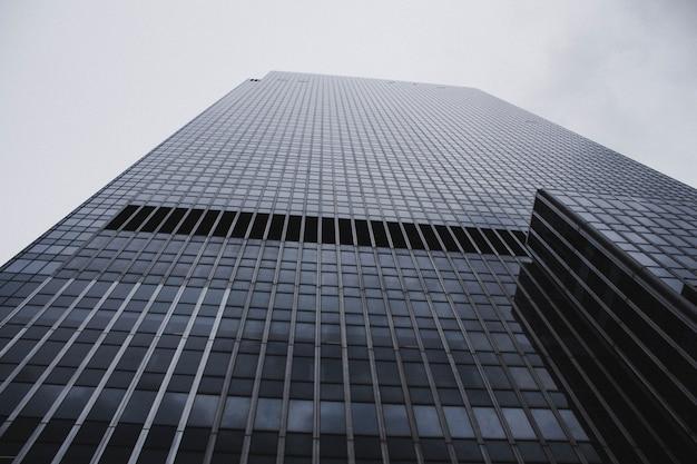 Een lage hoek die van een hoog wolkenkrabber bedrijfsgebouw in nyc is ontsproten