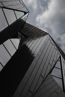 Een lage hoek die van een modern gebouw is ontsproten