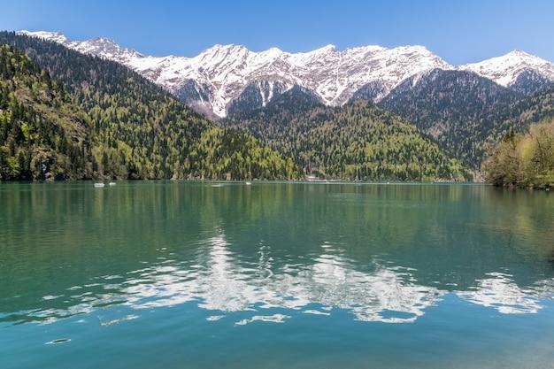 Een landschap met mooie bergmeer ritsa, abchazië, de kaukasus, in de lente.