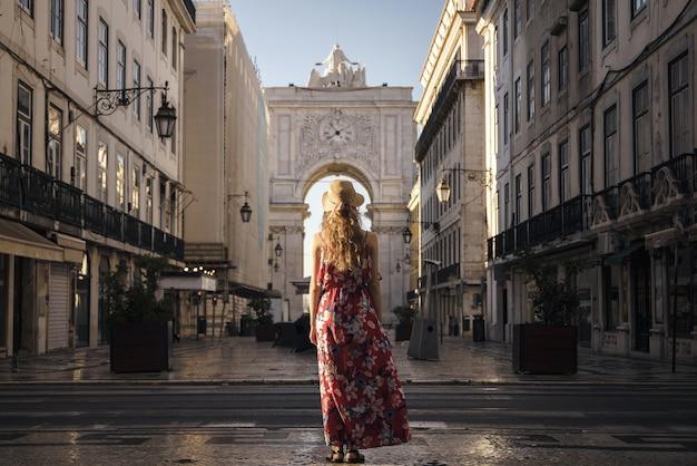 Een landschapsfoto van een jonge vrouwelijke reiziger