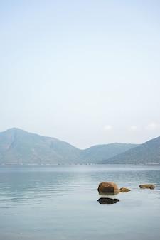 Een landschapsfoto van whale island, vietnam