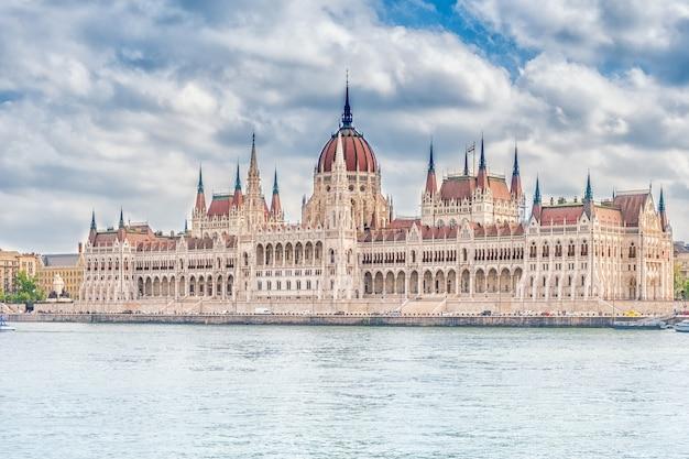 Een landschapsgezicht van de stad boedapest, het hongaarse parlementsgebouw - een van de mooiste gebouwen in de hongaarse hoofdstad.