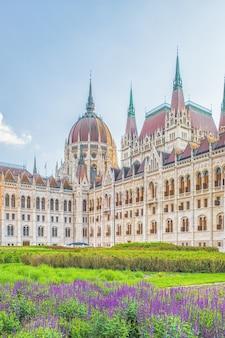 Een landschapsmening van de stad boedapest, het hongaarse parlementsgebouw een van de mooiste gebouwen in de hongaarse hoofdstad.