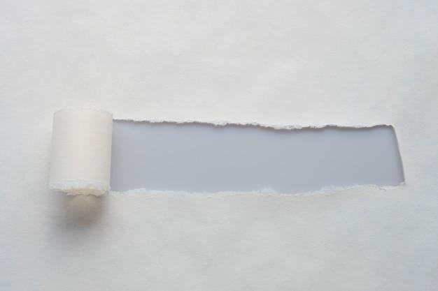 Een lang gat in oud papier met plaats voor uw bericht.