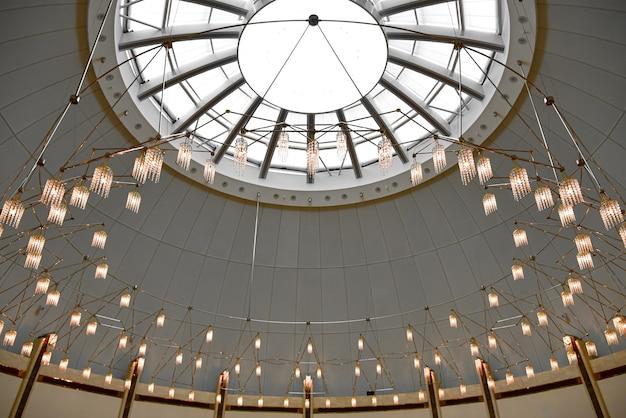 Een lange rij lichten op een bolvormig plafond