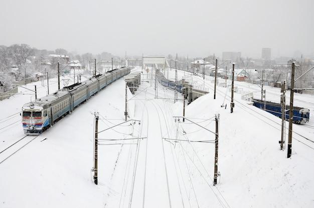 Een lange trein van personenauto's rijdt over het spoor